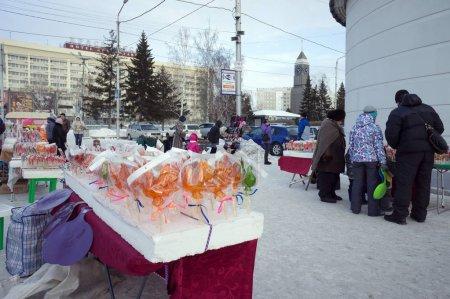 Photo pour Krasnoïarsk, Rf-11 janvier 2016: Compteur avec bonbons faits maison et acheteurs de souvenirs pendant le marché de rue dans le centre de la ville de Krasnoïarsk, pendant les vacances du nouvel an en hiver. - image libre de droit