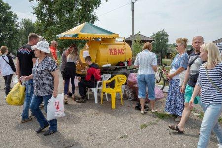 Photo pour Shushenskoe, territoire de Krasnoïarsk, Rf - juillet 14,2018: commerce de kvas dans la rue du village pour le temps du festival annuel de musique et de l'artisanat «Monde de Sibérie» (Festmirsibiri Intl). - image libre de droit