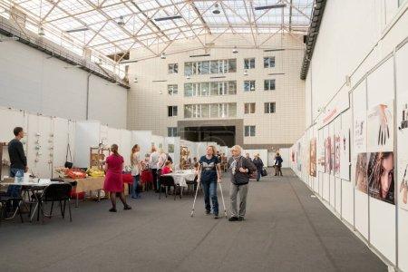 Photo pour Krasnoïarsk, la région de Krasnoïarsk / Rf-27 octobre 2018: les gens à pied et regarder les marchandises dans le grand pavillon de la salle d'exposition à la foire traditionnelle populaire de la main folkloriques arts et métiers. - image libre de droit