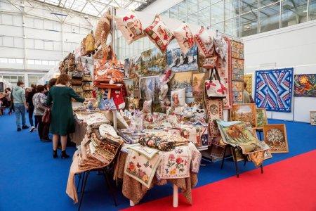 Photo pour Krasnoïarsk, la région de Krasnoïarsk / Rf-27 octobre 2018: un stand avec des tapisseries et des éléments brodés dans le hall d'exposition à la foire urbain traditionnel populaire de l'artisanat. - image libre de droit