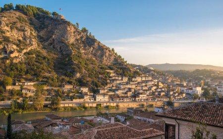 Photo pour Panorama de la ville historique. Maisons traditionnelles ottomanes dans la vieille ville de Berat (quartier mangalem) en Albanie au lever du soleil. classée au patrimoine mondial de l'UNESCO, avec la rivière Osum. mille fenêtres - image libre de droit