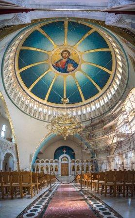 Photo pour Tirana, Albanie - 19 octobre 2019 : Intérieur de la Résurrection du Christ Cathédrale orthodoxe. dôme avec l'image de Jésus-Christ - image libre de droit