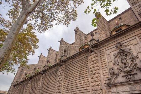 Photo pour Barcelone, Espagne - 15.06.19 : Vue latérale de la Parroquia de la Verge de Betlem (église), 1553, située à l'extrémité de la Rambla piétonne, près du port Vell. Façade baroque avec de nombreux détails. - image libre de droit