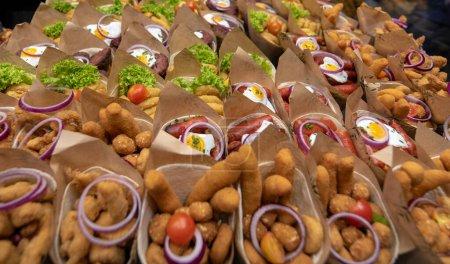 Photo pour Barcelone, Espagne - 15.06.19 : Cherchez une boutique au marché le plus célèbre de Barcelone - de La Boqueria, basée à La Rambla, riche en fruits frais, nourriture et boissons. Tasses au melon. - image libre de droit