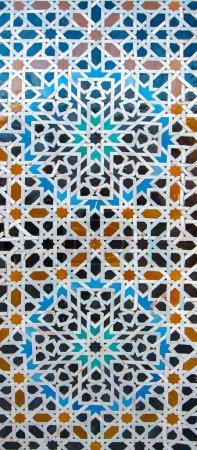 Photo pour Fontaine à boire ornementale traditionnelle en médina. Fontaine décorée avec des carreaux de mosaïque. Mosaïque ornée et art religieux islamique traditionnel. Ancien oriental marocain - image libre de droit