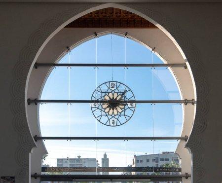 Photo pour Fès, Maroc - 27.11.2019 : Gare de Fes Ville. La gare centrale. Avec des motifs arabes et une grande horloge en verre sur la porte principale. Intérieur intérieur. ONCF - image libre de droit