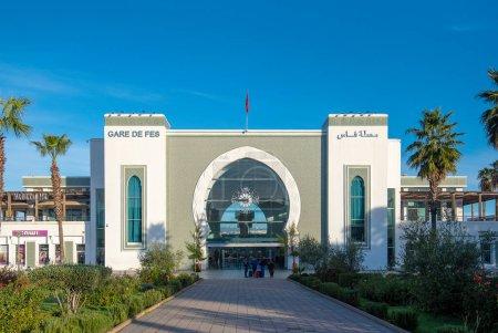 Photo pour Fès, Maroc - 27.11.2019 : Gare de Fes Ville. La gare centrale. Avec des motifs arabes et une grande horloge en verre sur la porte principale. ONCF - image libre de droit