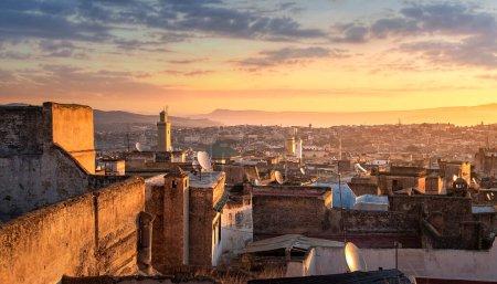 Photo pour Vue sur l'ancienne médina de Fès (Fès El Bali), Maroc au lever du soleil. La ville antique et la plus ancienne capitale du Maroc. Une des villes impériales du Maroc. site du patrimoine mondial de l'Unesco - image libre de droit