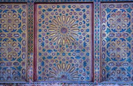 Photo pour Motif floral arabe sans couture - fond islamique traditionnel. Elément décoratif en bois motif marocain traditionnel, carreaux de mosaïque colorés pour l'arrière-plan. - image libre de droit