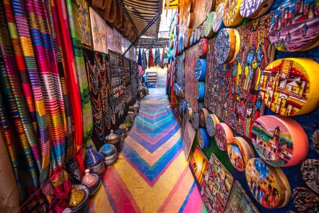 Photo pour Fès, Maroc - 08.02.2020 : Rue colorée peinte dans la médina de la vieille ville de Fès. La ville antique et la capitale la plus ancienne et l'une des quatre villes impériales du Maroc. Site UNESCO - image libre de droit
