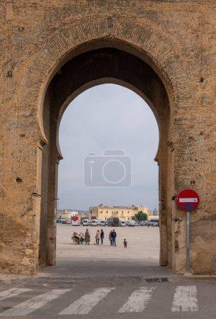 Photo pour Fès, Maroc - 10.01.2019 : Vue de la porte de la vieille Médina à Fès El Bali. La ville antique et la plus ancienne capitale du Maroc. Une des villes impériales du Maroc. site du patrimoine mondial de l'Unesco - image libre de droit