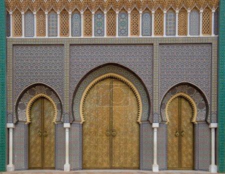 Photo pour Belle vue sur la porte Bab Majzen en métal doré orné sur les portes d'entrée du Palais Royal de Fès, Maroc (Fès). Motif géométrique décoré de Dar al-Makhzen. Résidence King - image libre de droit