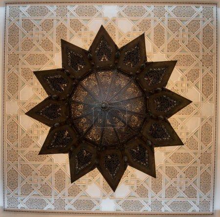 Photo pour Casablanca, Maroc 03.02.2020 : Couloir intérieur de la mosquée Hassan II avec colonnes. Arcs arabes, ornements, lustre et éclairage. C'est la plus grande mosquée du Maroc. - image libre de droit