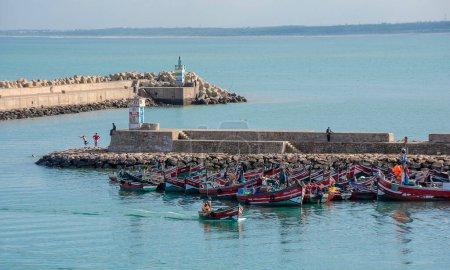 Photo pour El Jadida, Maroc - 18.01.2019 : Vue du port et d'un bateau à Mazagan. Le mur de la ville autour. C'est une ville portuaire fortifiée portugaise inscrite au patrimoine mondial de l'UNESCO. port et océan - image libre de droit