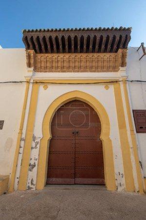 Photo pour El Jadida, Maroc - 16.11.2019 : Typique, vieux, brun finement sculpté, clouté, riad marocain porte et cadre de porte et vieille maison. La ville fortifiée portugaise de Mazagan a été inscrite à l'UNESCO - image libre de droit