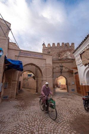 Photo pour Marrakech, Maroc - 30 Janvier, 2019 : Vue du vieil homme en vélo dans la vieille Médina. L'ancienne ville et la vieille capitale du Maroc. Une des villes impériales. site du patrimoine mondial de l'Unesco - image libre de droit