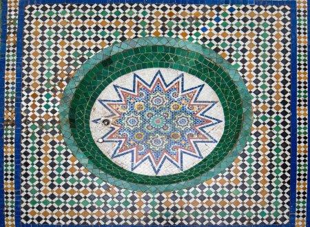 Photo pour Marrakech, Maroc - 22 janvier 2019 : Intérieur du musée de Marrakech situé dans le Palais Dar Menebhi. Cour décorée avec un grand lustre en laiton en bois. Cour du Musée de Marrakech - image libre de droit