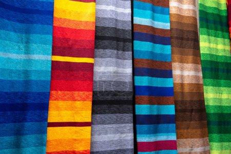 Photo pour Foulards et châles marocains colorés traditionnels à Fès, au Maroc également connu sous le nom de shesh (turban touareg). Tissus faits main. Souk Fez. Fermer marché écharpes de la vieille médina dans des couleurs vives - image libre de droit
