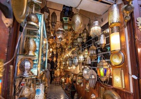 Photo pour Fès, Maroc - 30 Novembre, 2019 : Arrière-plan de shaining lampes en métal marocain dans la boutique dans la médina. Souk souvenir traditionnel. Artisanat - image libre de droit