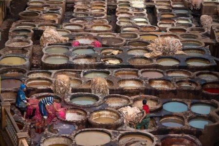 Photo pour FES, MAROC - 20 NOVEMBRE 2019 : Vieux réservoirs des tanneries de Fès avec peinture couleur pour cuir. la Tannerie de Chouara est la plus ancienne encore en activité date du 11ème siècle. au cœur de la médina - image libre de droit