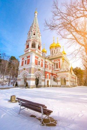 Photo pour Vue hivernale sur la neige du temple commémoratif de la naissance du Christ, cathédrale de l'église de style russe (Nativité du monastère) à Shipka, Bulgarie - image libre de droit