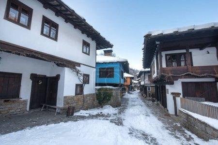 Photo pour Etar, Bulgarie. Ancienne maison traditionnelle bulgare dans le Complexe Ethnographique Architectural Etar (Etara) près de Gabrovo. Musée en plein air en hiver avec une neige. Histoire tourisme - image libre de droit