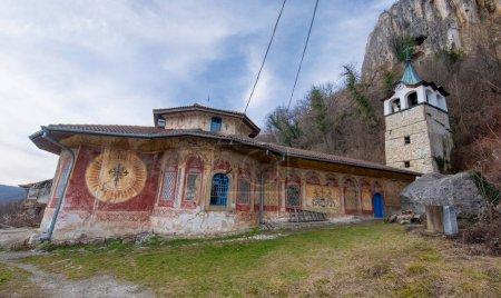 Photo pour Monastère bulgare médiéval orthodoxe peint de la Sainte Transfiguration de Dieu près de la région de Veliko Tarnovo, Bulgarie. L'église. Monument de la Culture - image libre de droit