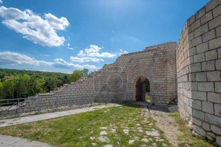 Photo pour Les ruines et les murs partiellement reconstruits de l'ancienne forteresse de Shumen, Bulgarie - image libre de droit