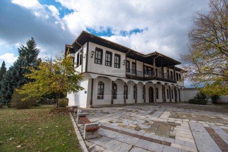 Photo pour Une ancienne école traditionnelle bulgare dans la ville de Kalofer - le patrimoine historique de la Bulgarie - image libre de droit