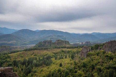Photo pour Beau paysage avec des formations rocheuses bizarres. Escaliers en pierre menant aux étonnantes formations rocheuses et aux murs d'une forteresse médiévale à Belogradchik, au nord-ouest de la Bulgarie. Panorama - image libre de droit
