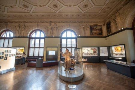 Photo pour Vienne, Autriche - 29 janvier 2020 : Intérieur du Musée d'histoire naturelle (Musée Naturhistorisches). Le plus grand et le plus ancien musée présentant de nombreux spécimens, minéraux, fossiles et etc.. - image libre de droit