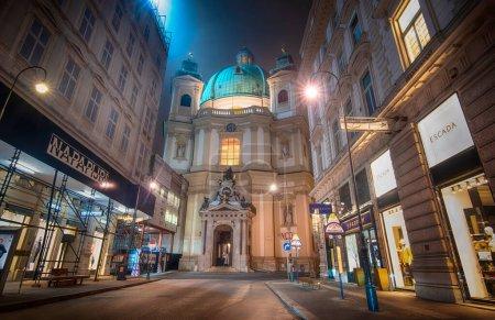 Photo pour Vienne, Autriche - 28.01.2020 : Peterskirche la nuit. Célèbre paroisse catholique romaine Saint-Pierre sur Petersplatz. - image libre de droit