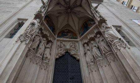 Photo pour Vienne, Autriche - 03.02.2020 : Détail de la porte d'entrée de l'église Maria am Gestade. Célèbre église gothique catholique a été consacrée en 1414 et est l'une des plus anciennes églises de Wien. - image libre de droit
