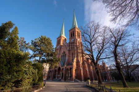 Photo pour Vienne, Autriche - 11.03.2020 : Eglise Sainte Brigitta à Wien. Brigittakirche est une église paroissiale catholique romaine de style néo-gothique par l'architecte Friedrich von Schmidt - image libre de droit
