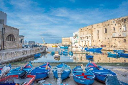 Photo pour Vieux port de Monopoli province de Bari, région des Pouilles (Pouilles), Italie méridionale. Bateaux dans la marina de Monopoli. Mur fortifié et plage rocheuse avec une eau bleue claire. - image libre de droit