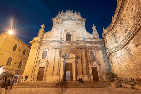 Photo pour Cathédrale Maria Santissima della Madia (Basilique Cattedrale Maria Santissima della Madia) dans la vieille ville Monopoli, Pouilles, Italie la nuit. Région des Pouilles - image libre de droit