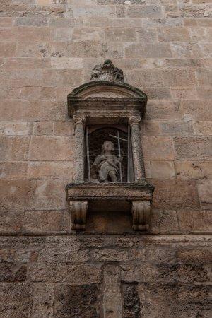 Photo pour Ange - statue baroque de saint petit garçon. Décoration figurative du bâtiment religieux, église. La sculpture est ancienne et vieillie à Ostuni, Italie - Pouilles (Pouilles ) - image libre de droit