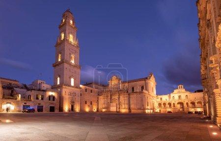 Photo pour Panorama de la place Piazza del Duomo à Lecce - Pouilles, Italie. Tour campanile et cathédrale de la Vierge Marie (Basilique de Santa Maria Assunta à Cielo), Caritas Diocesana. Ville baroque des Pouilles nuit - image libre de droit