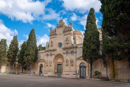 Photo pour Eglise Saint Nicolo et Cataldo (Chiesa dei Santi Niccolo e Cataldo) dans l'ancien cimetière (Cimitero Storico) à Lecce, Pouilles, Italie. Une région des Pouilles - image libre de droit