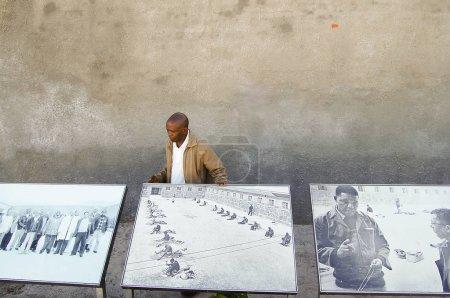ÎLE ROBBEN, AFRIQUE DU SUD - 28 décembre 2008 : Un ex-condamné qui a purgé une peine de prison sur l'île explique la vie alors qu'il était prisonnier