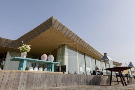 Photo pour L'Kodac bar, avec un emplacement exceptionnel sur la plage de Aterro, Lea a une excellente terrasse et un intérieur spacieux et aéré, avec de grandes fenêtres donnant sur la campagne environnante - image libre de droit