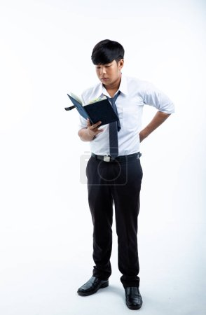 Photo pour Le jeune étudiant lisant le livre, sur fond blanc, - image libre de droit