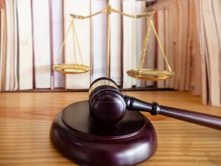 Photo pour Closeup head of gavel, hammer of justice, symbol of Law and accuracy. - image libre de droit
