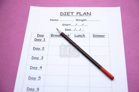 Photo pour Le régime alimentaire et le crayon à l'arrière-plan - image libre de droit