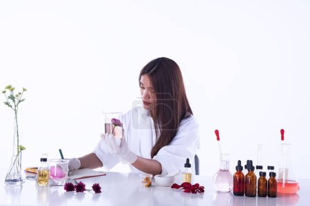 Photo pour The scientist woman working in laboratory,researchers in Chemical and nature organic extract,aromatic essential research in Lab test - image libre de droit