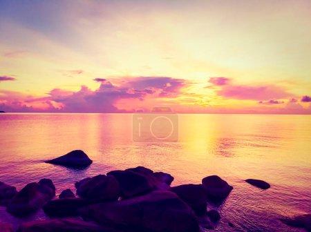 Photo pour Vue aérienne de la belle plage tropicale et de la mer avec palmier et autre arbre à Koh Samui île de Thaïlande au coucher du soleil pour les vacances et les voyages - image libre de droit