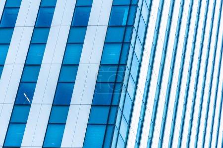 Photo pour Bel immeuble de bureaux extérieur et architecture avec motif de fenêtre - image libre de droit