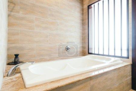 Photo pour Décoration magnifique baignoire à l'intérieur de la salle de bain - image libre de droit