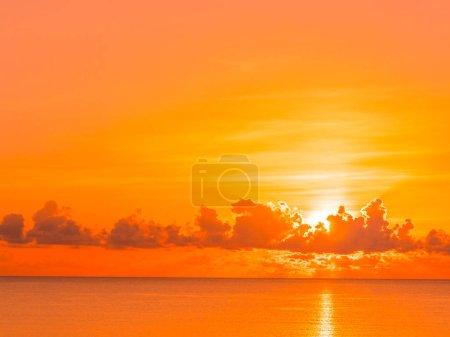 Photo pour Belle plage et mer océan paysage tropical avec les nuages et le ciel au moment de lever ou coucher du soleil pour voyage et vacances - image libre de droit