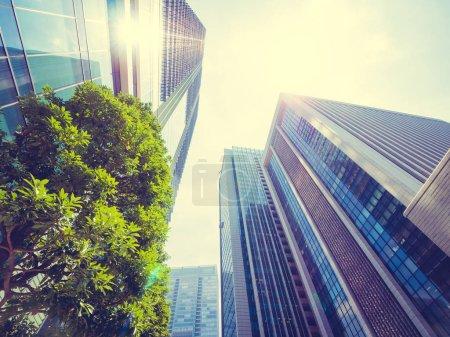 Photo pour Beau gratte-ciel avec architecture et fenêtre vitrée à l'extérieur du bâtiment autour de la zone d'affaires de la ville - image libre de droit